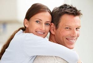 Мужчина и женщина счастливы в браке