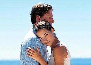 Счастливая пара на прогулке у моря