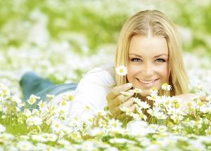 Симпатичная девушка с ромашками