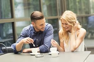 Влюбленная пара в кафе пьют кофе