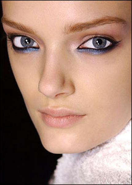 Приятный макияж для голубых глаз