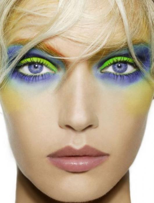 Очень яркий макияж для голубых глаз