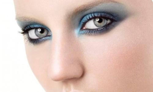 Серые глаза и макияж смоки айс в голубых тонах