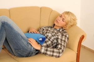 Чтобы облегчить боль при цистите, нужно согреть мочевой пузырь и выпить обезболивающее
