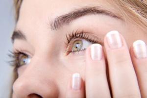 Необходимо особо тщательно и внимательно подойти к выбору контактных линз для чувствительных глаз
