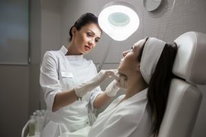 При процедуре биоармирования лица нитями применяется местный наркоз