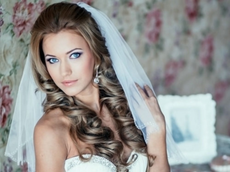 Свадебная прическа с локонами выглядит элегантно