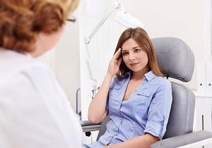Когда нужно обращаться к врачу при частых головных болях у женщин?