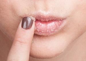 Приготовление скраба для губ в домашних условиях с использованием кофе