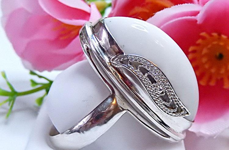 Камень белый опал - один из талисманов для женщины знака Девы