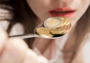 Каковы причины возникновения привкуса железа во рту у женщины?