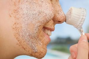 Скраб для лица от черных точек и другие особенности ухода за данным типом кожи