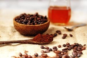 Скраб из кофе и меда для лица: правила выбора продуктов