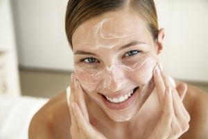 Мягкий скраб для лица способствует удалению ороговевших чешуек кожи
