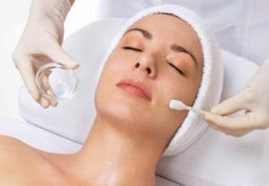 Процедура пилинга кожи лица: этапы проведения в салоне